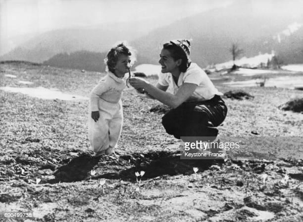 Une maman réfugiée juive et son enfant reprennent vie en se promènant dans la montagne de Palestine en 1947