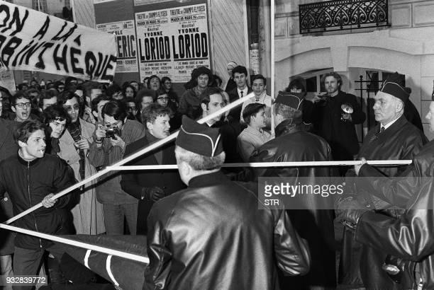 Une manifestation contre le renvoi de Henri Langlois se tient devant la Cinémathèque française le 18 mars 1968 Quelques heurts se sont produits entre...