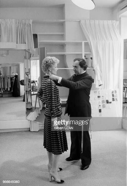 Une mannequin essaie une robe chez Chanel rue Cambon à Paris en avril 1975, France.