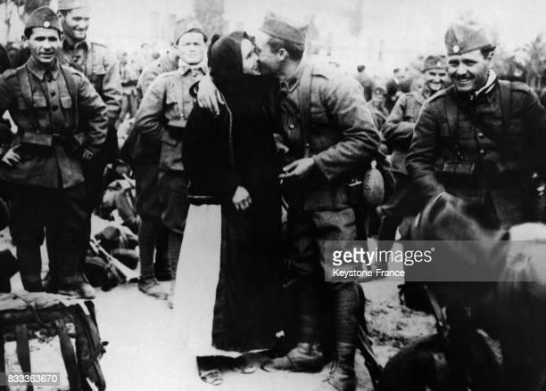 Une mère embrasse son fils qui part pour le front à Athènes Grèce le 11 mars 1935