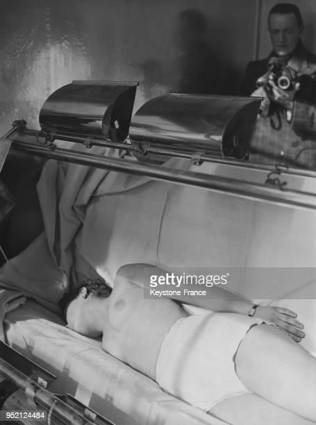 Une patiente se fait soigner par rayons dans l'institut à Vallauris France en 1935