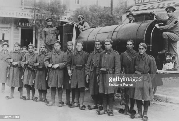 Une patrouille d'Evzones devant un camion citerne dans les rues d'Athènes Grèce en mars 1935