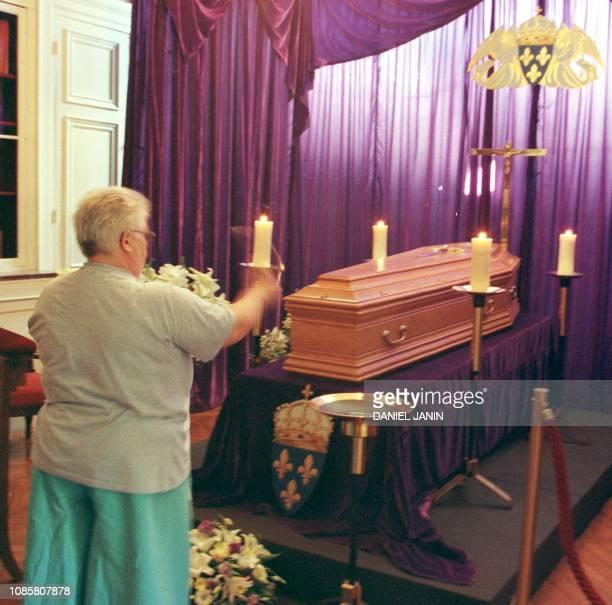 Une personne benit le cercueil du comte de Paris Henri d'Orléans décédé samedi dernier à l'âge de 90 ans le 23 juin 1999 dans la salle LouisPhilippe...