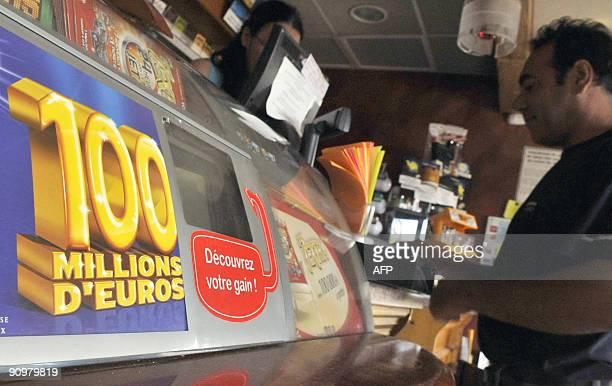 Une personne effectue un achat dans le bartabac 'Le Sébastien' le 20 septembre 2009 à Venelles où le bulletin gagnant de la cagnotte de 100 millions...