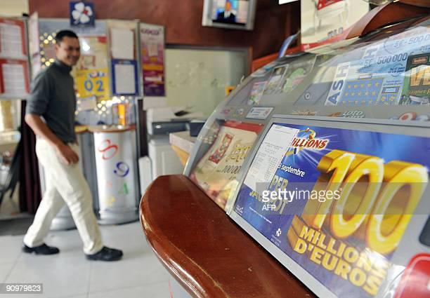 Une personne entre dans le bartabac 'Le Sébastien' le 20 septembre 2009 à Venelles où le bulletin gagnant de la cagnotte de 100 millions d'euros a...