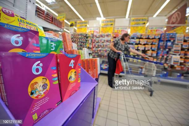 Une personne fait des achats pour la rentrée scolaire le 22 juillet 2009 dans une grande surface à Rots Il n'y aura pas d'aide massive à l'allocation...