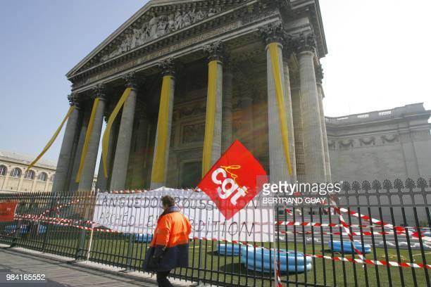 Une personne manifeste lors du rassemblement d'une centaine d'archéologues en colère' qui ont accroché sur les colonnes du Panthéon une banderole...