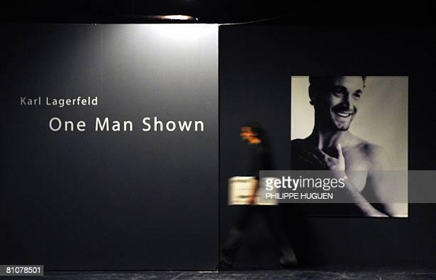 TRANSPHOTOGRAPHIQUES DE LILLE LA MODE ET KARL LAGERFELD A L'HONNEUR Une personne passe prs d'une photo de Karl Lagerfeld le 14 mai 2008 au Tri postal...