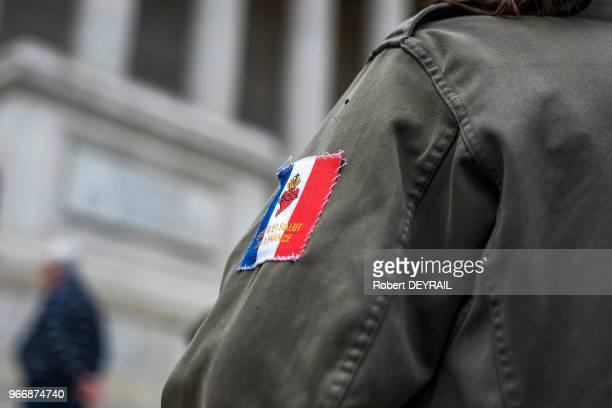Coeur Sacré de Jésus Espoir et Salut de la France sur fond drapeau français faisant partie d'un mouvement catholique et traditionaliste devant le...