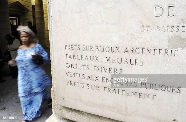 Une personne quitte le Crédit Municipal, le 13 octobre 2008 à Paris. Seule banque qui accorde des prêts à des personnes jusqu'à l'âge de 80 ans, le...