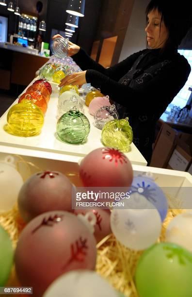 'A MEISENTHAL VERRIERS ET DESIGNERS REINVENTENT LA BOULE DE NOEL' Une personne range des boules de Noël en verre le 01 décembre 2009 dans l'atelier...