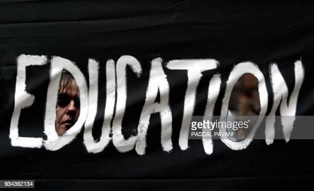 une personne regarde à travers une banderole le 28 janvier 2003 à Toulouse lors de la manifestation organisée dans le cadre de la journée nationale...