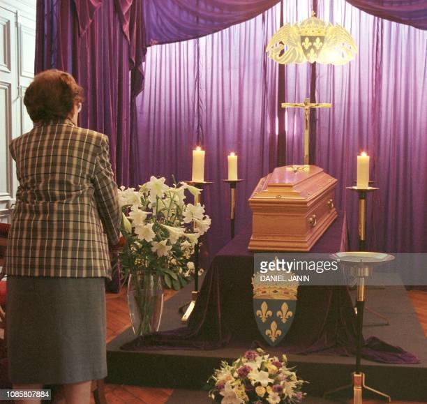 Une personne se recueille le 23 juin 1999 devant le cerceuil du comte de Paris Henri d'Orléans décédé le 19 juin 1999 à l'âge de 90 ans exposé au...