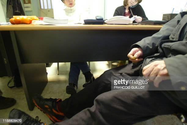 une personne s'entretient avec des bénévoles de l'association Les Alcooliques anonymes le 23 janvier 2004 dans une des permanences de l'association à...