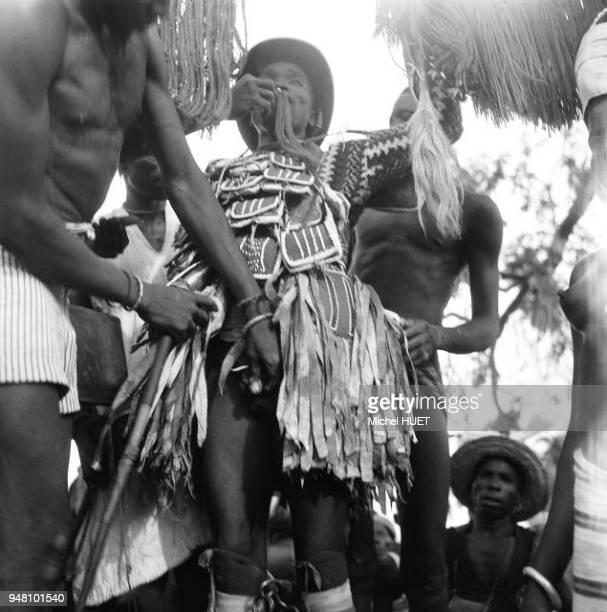 Une petite fille se fait exciser le clitoris lors d'une cérémonie en Afrique vers 19501953