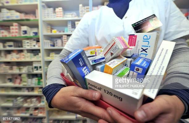 Une pharmacienne présente le 01 février 2011 à Lille une partie des 77 médicaments placés 'sous surveillance renforcée' par l'Afssaps depuis la...