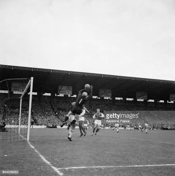 Une phase de la finale opposant Sedan à Nîmes avec un arrêt du gardien du but de Sedan au stade de Colombes France en mai 1961