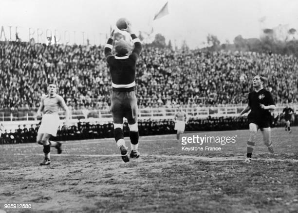 Une phase du match avec un arrêt du gardien de but français à Rome Italie le 19 février 1935