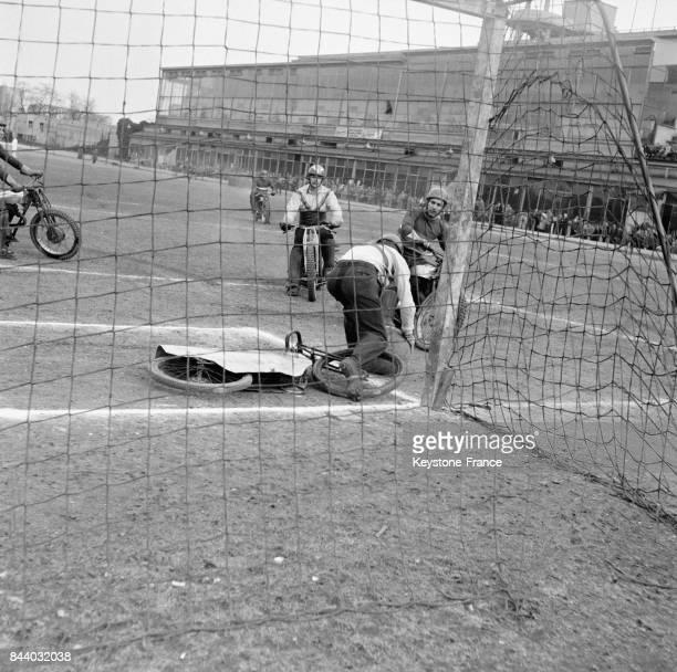 Une phase du match de motoball opposant Troyes à Courbevoie au cyclodrome de Courbevoie France le 18 mars 1956