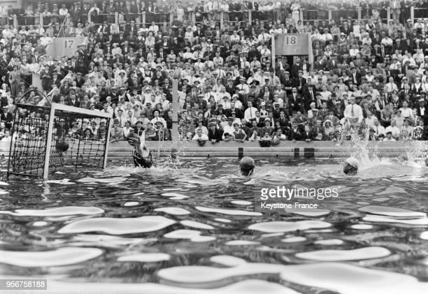 Une phase du match FranceAllemagne devant le but allemand à la piscine des Tourelles à Paris France le 9 juillet 1933