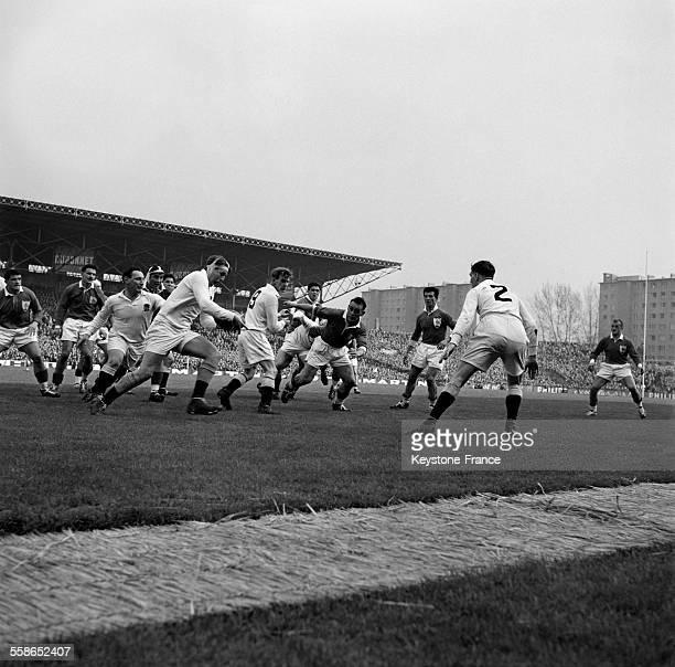Une phase du match opposant l'équipe nationale d'Angleterre à ce lle de la France où les avants britanniques attaquent en force avec le capitaine...