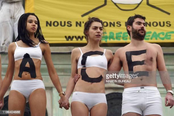 Une quarantaine de militants de Greenpeace et d'autres associations participent, le 22 janvier 2004 place de la Bastille à Paris, à une action...