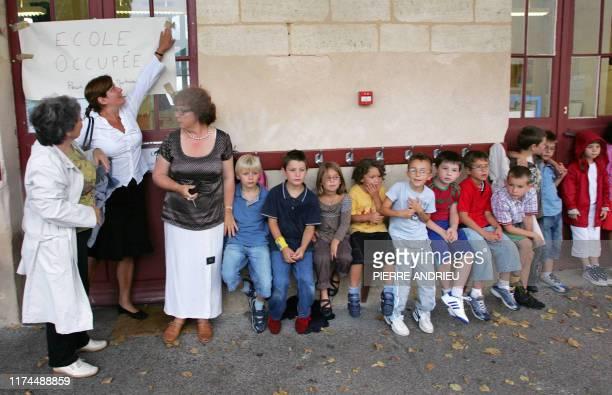 Une quarantaine de parents d'élèves occupent l'école primaire Gambetta, le 29 août 2007 à Bègles, pour protester contre le sureffectif dans les...