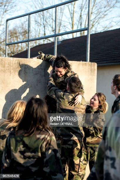 Une quarantaine d?étudiants du Lyon d?IDRAC Business School est plongée en immersion totale au sein de la base militaire de La Valbonne, le 9 février...