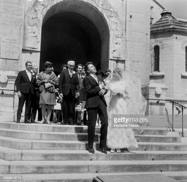 Une scène du film de François Truffault où la jeune mariée se penche vers son mari abattu mortellement par une balle perdue en France en 1967