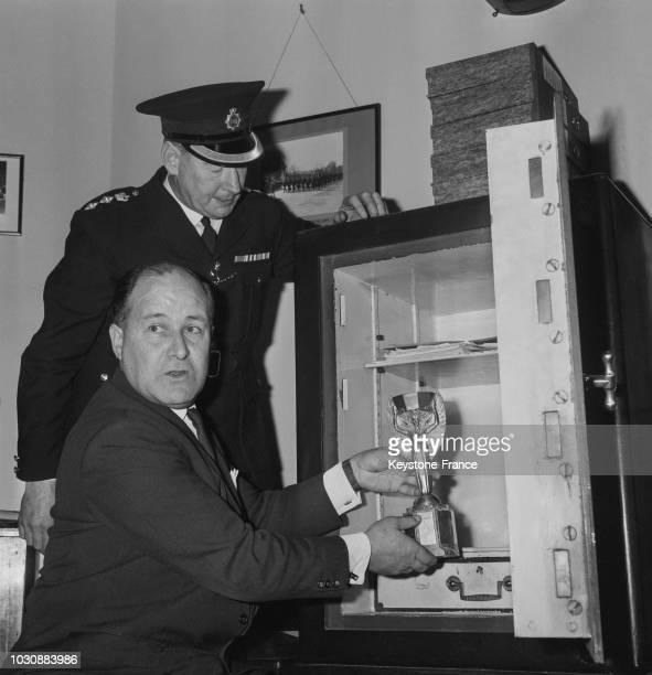 Une semaine après avoir été volé, le trophée Jules Rimet a été retrouvé par hasard, il a été immédiatement placé dans le coffre-fort d'une banque par...