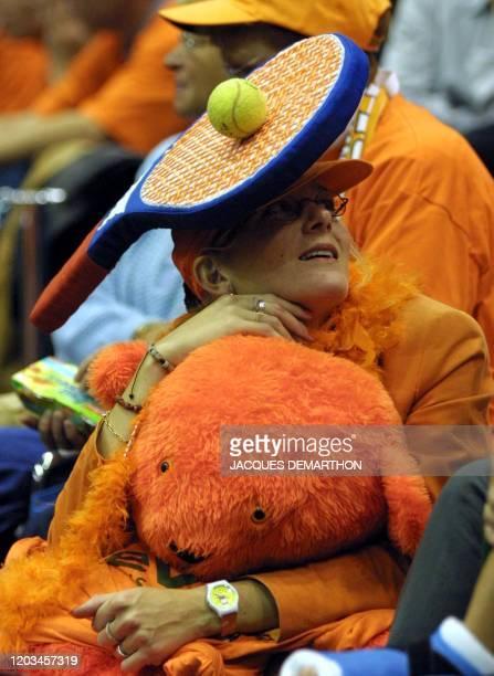 une supportrice néerlandaise assiste le 21 septembre 2001 à Rotterdam à la rencontre opposant son compatriote Sjeng Schalken au Français Nicolas...
