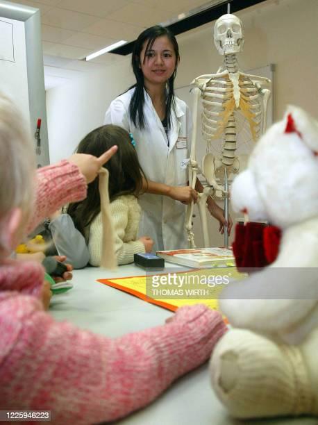 L'HOPITAL DES NOUNOURS L'ECOLE DE L'HOPITAL POUR ETUDIANTS ET ENFANTS Une étudiante en médecine de la faculté de Strasbourg transformée en...