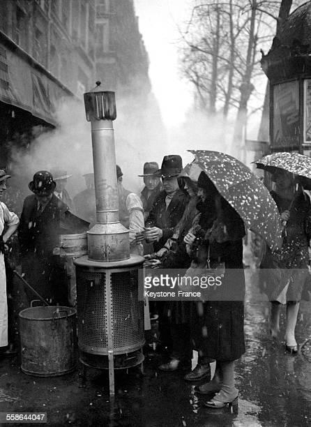 Une vague de froid accompagnée de chutes de neige s'est abattue sur la capitale et les Parisiens gelés tentent de se réchauffer au brasero en...