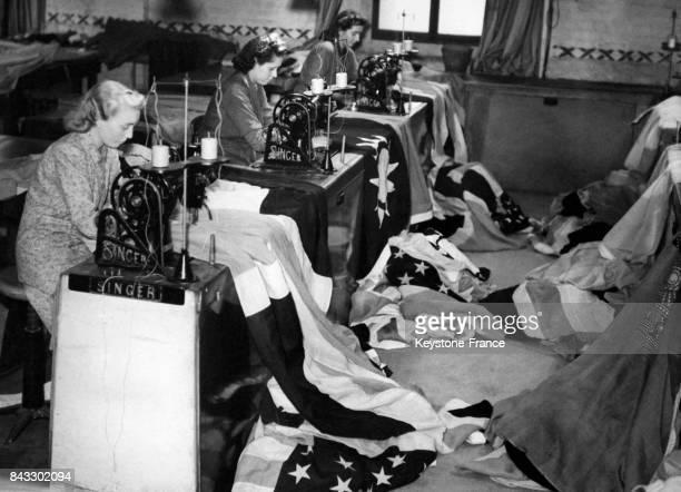 Une vingtaine de couturière produit des drapeaux britanniques et de l'empire colonial en travaillant sans relâche à l'usine John Eddington Co en...