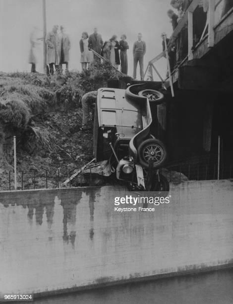 Une voiture écrasée sur la berge d'un fleuve à Los Angeles Californie EtatsUnis le 19 avril 1935
