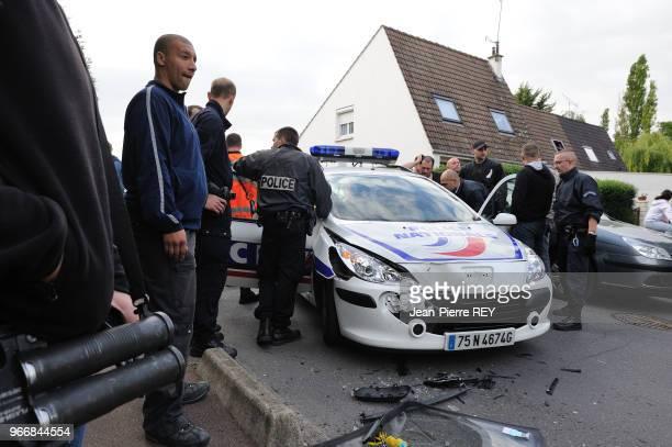 une voiture de la police accidentée dans une cité le 31 mai 2010 à Aulnay sous Bois France