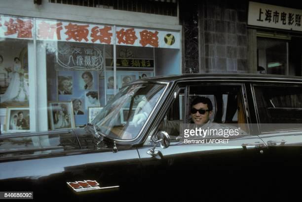Une voiture de place portant le logo Trois Drapeaux sur la carrosserie en novembre 1981 a Shanghai Chine