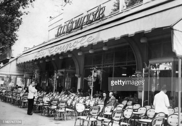 Une vue de la terrasse de la Coupole datee de 1949, boulevard de Montparnasse a Paris. Ouverte le 20 décembre 1927[1], par Ernest Fraux et René...