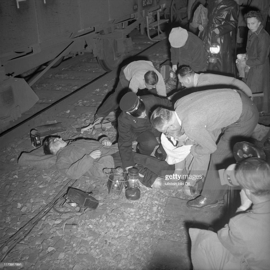 Simulierter Eisenbahnunfall für Samariterübung, 1955 : ニュース写真