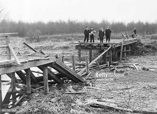 Ungarische Flüchtlinge stehen an einervon sowjetischen Truppen zerstörtenBrücke über den Einsler Kanal an derGrenze zu Österreich