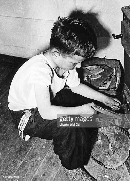 Ungarisches Kind mit einer Tätowierungam Oberarm Viele Eltern liessen ihreKinder auf diese Art kennzeichnen weilsie befürchteten verhaftet und von...