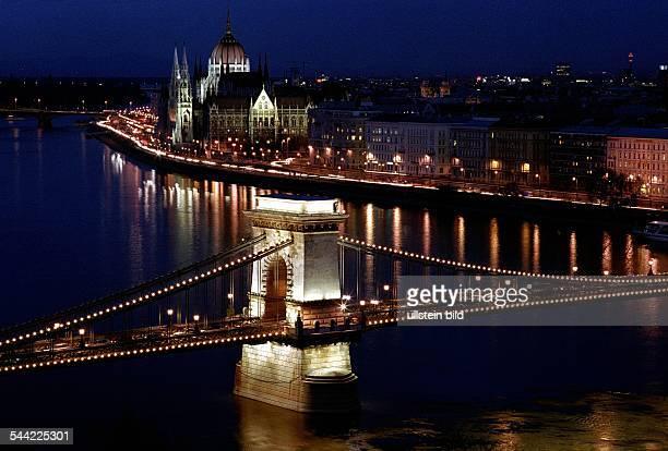 Blick auf die Kettenbruecke die Donau im Hintergrund der Stadtteil Pest mit dem Parlament