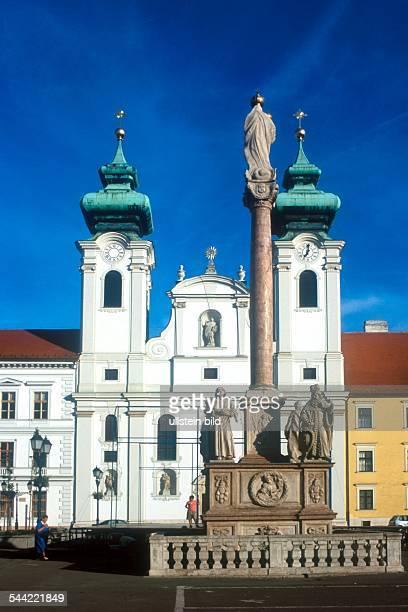 Ungarn Györ Hauptplatz Mariensäule und Benediktinerkirche