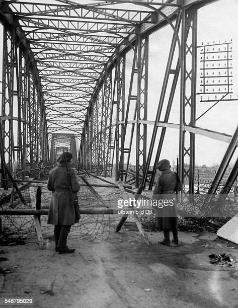 Ungarn Unruhen Komorn Tschechoslowakei mobilisiert gegen Ungarn Blick auf die verschanzte und verstachelte Bruecke, die ueber die Donau fuehrt und...