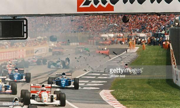 Unglücksrennen beim Großen Preis von San Marino in Imola beim Start nach dem Schalten der grünen Lampen fährt der Portugiese Pedro Lamy aus hinterer...