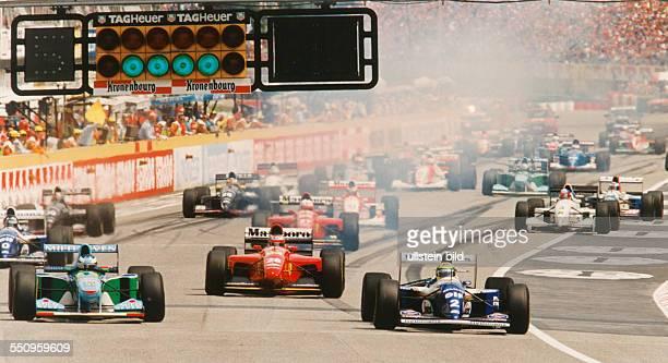 Unglücksrennen beim Großen Preis von San Marino in Imola das Fahrerfeld beim Start nach dem Schalten der grünen Lampen vorne Michael Schumacher...