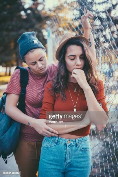 couple malheureux à valentin - ados lesbiennes en couple photos et images de collection