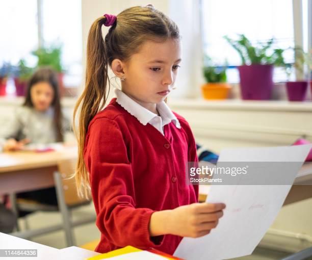 infeliz chica linda conseguir prueba con mal grado - miss f fotografías e imágenes de stock