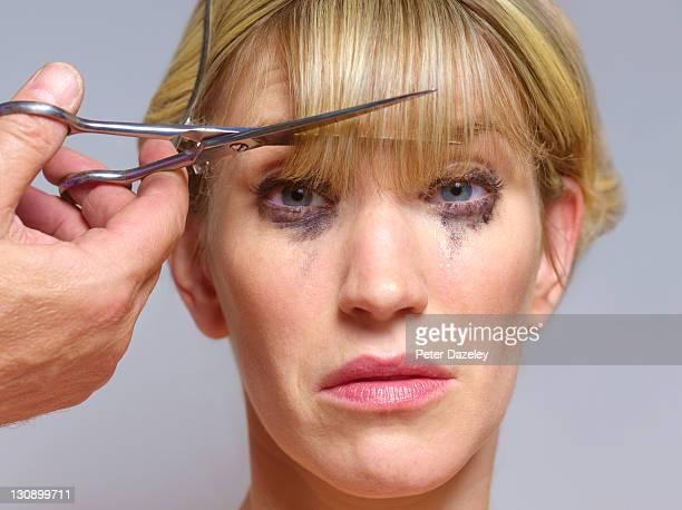 unhappy girl at hairdressers - franja estilo de cabelo - fotografias e filmes do acervo