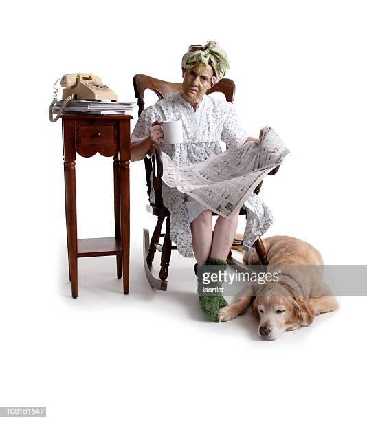 Besorgt Senior Frau liest Zeitung